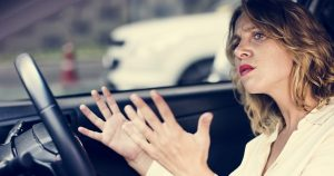 Tipuri de sofer - femeie frustata in trafic